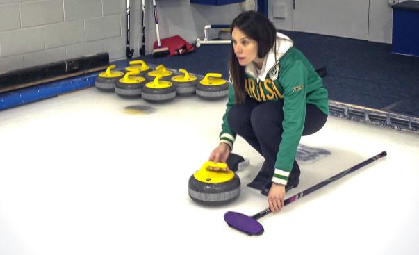 Indignação despertou em Luciana Barrella a curiosidade em saber mais sobre este esporte totalmente esquisito. Crédito: Brazilian Curling Club