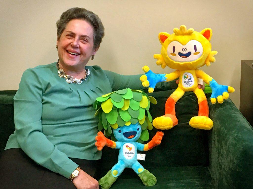 Embaixadora Beltrame e os mascotes dos Jogos Olímpicos e Paralímpicos do Rio de Janeiro.