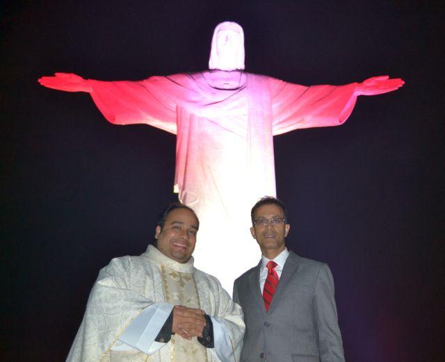 """""""Padre Omar Raposo, Reitor do Santuário do Cristo Redentor com o Cônsul-Geral Chowdhury no dia em que o Cristo foi iluminado com as cores do Canadá"""""""