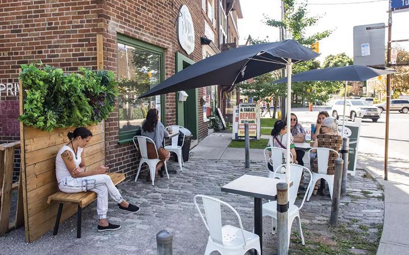 Pátios muito especiais, com mesas externas, em Toronto. Ambiente arejado para curtir o verão, respeitando o distanciamento social e valorizando a saúde de todos.
