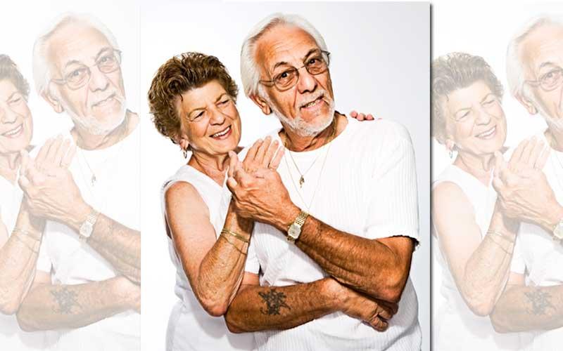 Na imagem de amor maduro tem o branco como cor mais forte. E traz beleza na suavidade das linhas e do movimento. Mostra um casal na faixa dos 80 anos Ele, mais aberto, e direto, olha diretamente para o leitor, com calma e sabedoria. Usa óculos. Ela, mais timida, desvia o olhar . Mas, aproxima o seu corpo do dele e toca o seu ombro co confianca e amor.  As mãos do casal, unidas e no centro da foto, mostram união e amor do casal.
