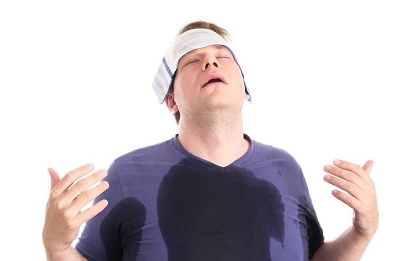 A imagem de um homem com um pano gelado à testa evidencia a necessidade de estratégias para o enfrentamento da onda de calor sem precedentes no oeste canadense,em 2021