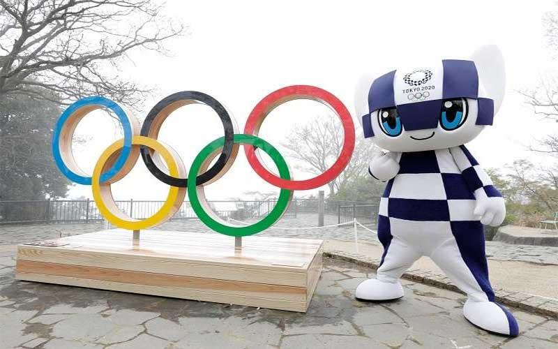 A imagem apresenta o lema do Jogos de Tóquio 2021, que é Tradição e Inovação.  Miraitowa traz retângulos, na roupa, como os pixels das imagens de computador. A seu lado estão os  anéis olímpicos,  que representam a tadição.
