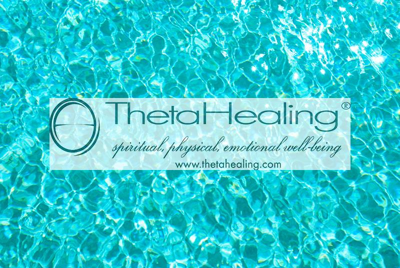 Imagem do cartão de apresentação   da www.thetahealing.com, que presta serviço de autocura, com abordagem espiritual, física e emocional de bem-estar. O azul piscina com detalhes marmorizados predomina na imagem.